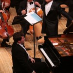 Владимир Спиваков и пианист Денис Мацуев во время исполнения Второго фортепианного концерта Рахманинова на сцене Светлановского зала Дома музыки. Сентябрь 2009. Фото ММДМ